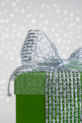 プレゼント「Studio shot of green gift with ribbon on sparkled background, part of」:スマホ壁紙(17)