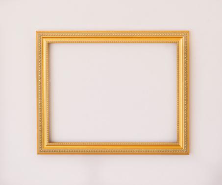 金色「Studio shot of golden picture frame on white background」:スマホ壁紙(13)