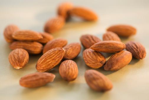 アーモンド「Studio Shot of almonds」:スマホ壁紙(16)