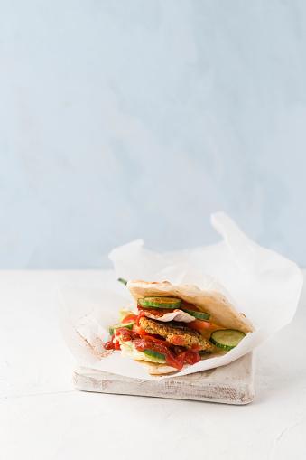 Veggie Burger「Studio shot offalafelveggie burger with pita bread」:スマホ壁紙(19)