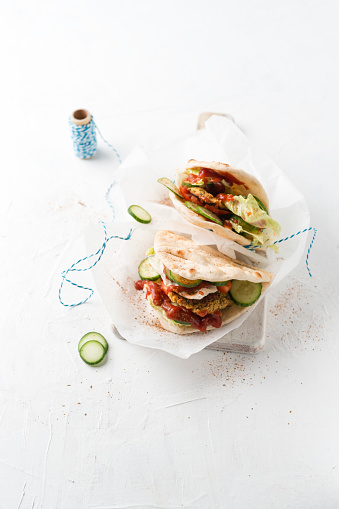 Veggie Burger「Studio shot offalafelveggie burger with pita bread」:スマホ壁紙(17)