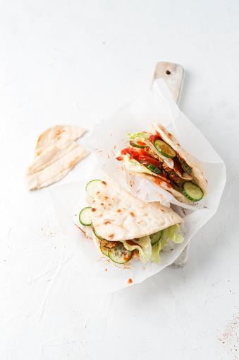 Veggie Burger「Studio shot offalafelveggie burger with pita bread」:スマホ壁紙(18)