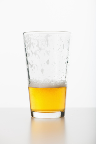 ビール「Studio shot of half full beer glass」:スマホ壁紙(17)