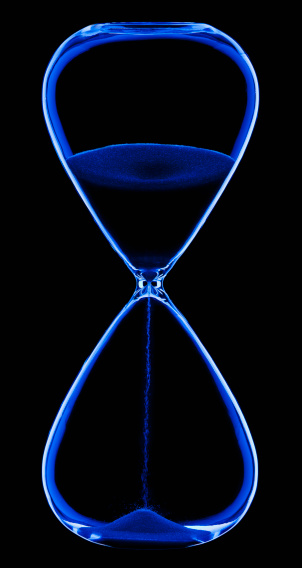 Time「Studio shot of hour-glass on black background」:スマホ壁紙(11)