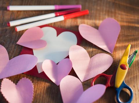ハート「Studio shot of heart-shaped paper cutouts」:スマホ壁紙(17)