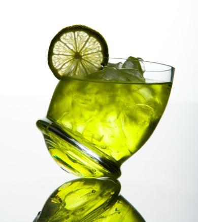 Leaning「Studio shot of tilted alcoholic beverage」:スマホ壁紙(12)