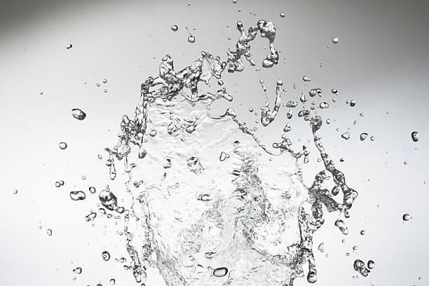 Studio shot of droplets on the move:スマホ壁紙(壁紙.com)