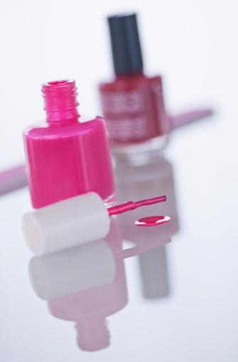 Tilt「Studio shot of pink nail polish」:スマホ壁紙(19)