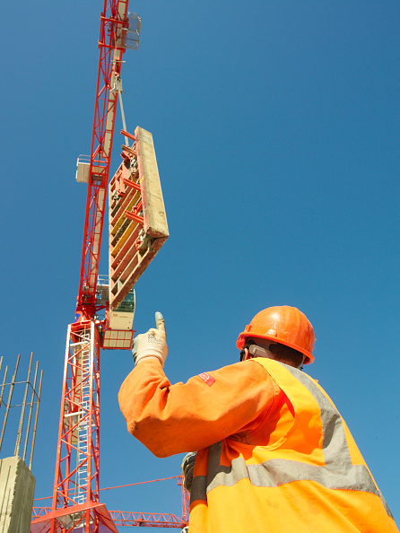 Sunny「Man signalling to tower crane driver and talking through walkie talkie」:写真・画像(12)[壁紙.com]