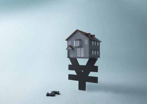 Economic fortune「Yen sign, dollar sign, and miniature house」:スマホ壁紙(0)
