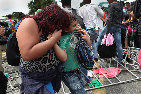 ヒューマンインタレスト「Migrant Caravan Crosses Into Mexico From Guatemala」:写真・画像(1)[壁紙.com]