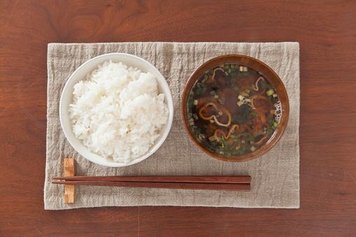 和食「Bowl of boiled rice, bowl of miso soup and chopsticks on place mat, overhead view」:スマホ壁紙(14)