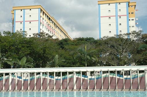 波「Buildings in Singapore and public swimming pool」:スマホ壁紙(12)