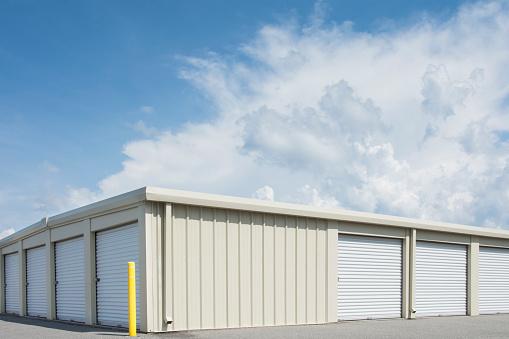 Building Exterior「Blue sky over distribution warehouse」:スマホ壁紙(1)