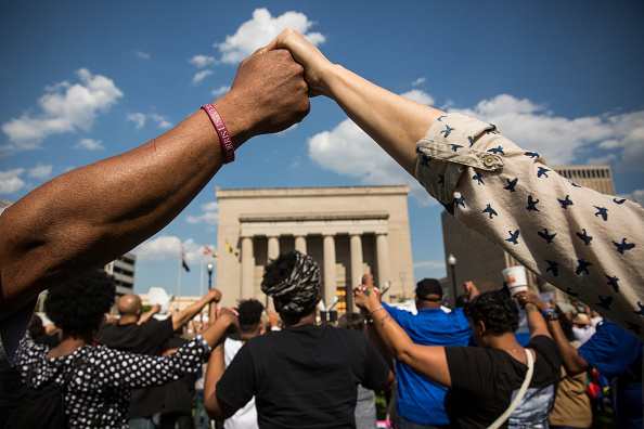 Holding Hands「Activists Rally At Baltimore City Hall」:写真・画像(18)[壁紙.com]