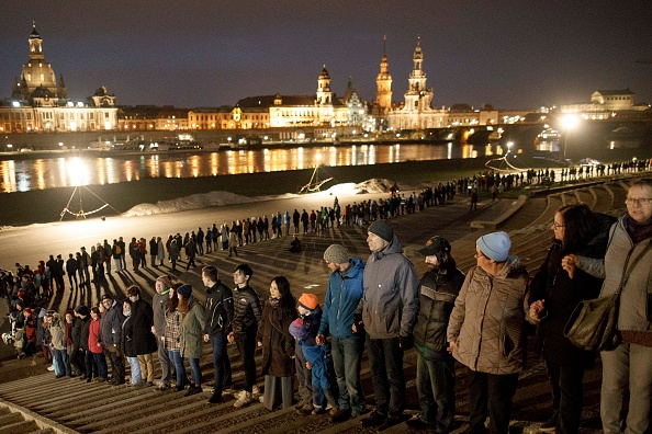 People In A Row「Dresden Commemorates World War II Firebombing Anniversary」:写真・画像(16)[壁紙.com]