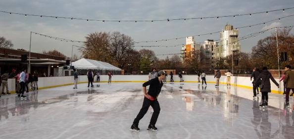 Ice Rink「As Weather Turns Colder, People Enjoy Ice Skating Rink In Brooklyn」:写真・画像(1)[壁紙.com]