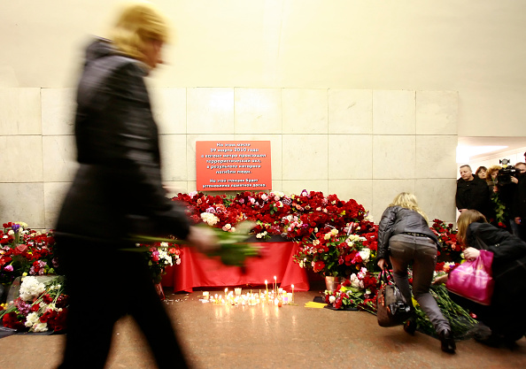 Exploding「Russians Mourn Victims of Moscow Bombings」:写真・画像(6)[壁紙.com]
