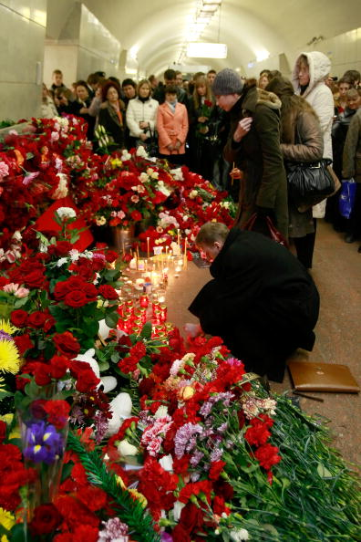 Exploding「Russians Mourn Victims of Moscow Bombings」:写真・画像(7)[壁紙.com]