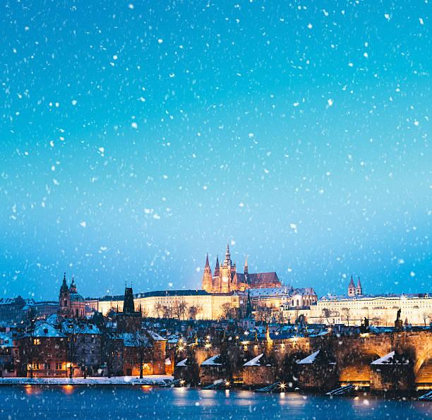 Snowing In Prague:スマホ壁紙(壁紙.com)