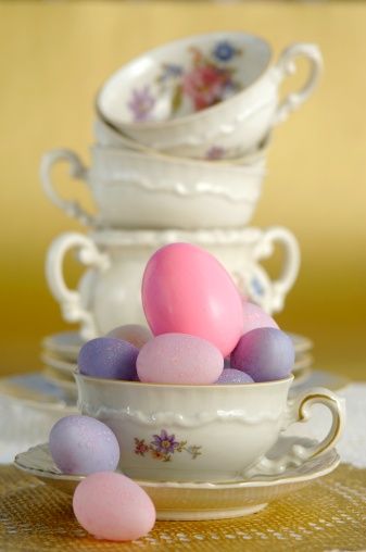 イースター「Colourful Easter eggs and coffee cups, close-up」:スマホ壁紙(3)