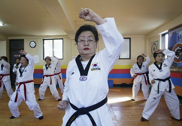 Asian and Indian Ethnicities「South Korean Pensioners Practice Taekwondo」:写真・画像(12)[壁紙.com]