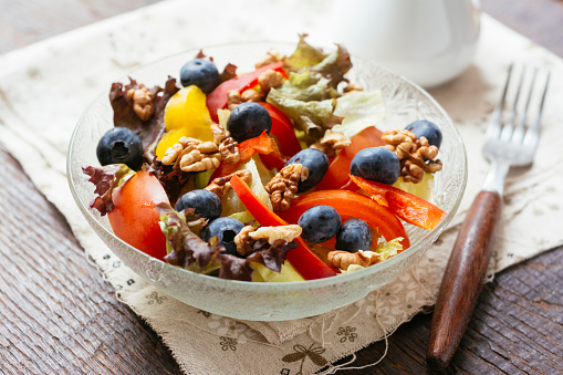 Walnut「Glass bowl of mixed salad with different raw vegetables, blueberries and walnuts」:スマホ壁紙(17)