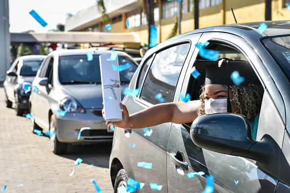 Receiving「Medical and Nursing School Graduates from Faseh University Receive their Diplomas Via Drive-Thru Amidst the Coronavirus (COVID - 19) Pandemic」:写真・画像(3)[壁紙.com]