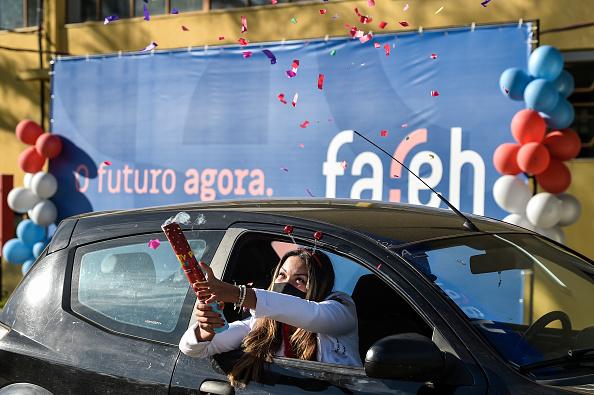 Drive Through「Medical and Nursing School Graduates from Faseh University Receive their Diplomas Via Drive-Thru Amidst the Coronavirus (COVID - 19) Pandemic」:写真・画像(11)[壁紙.com]