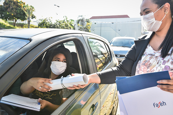 Receiving「Medical and Nursing School Graduates from Faseh University Receive their Diplomas Via Drive-Thru Amidst the Coronavirus (COVID - 19) Pandemic」:写真・画像(4)[壁紙.com]
