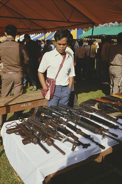 Surrendering「Weapons Amnesty」:写真・画像(18)[壁紙.com]