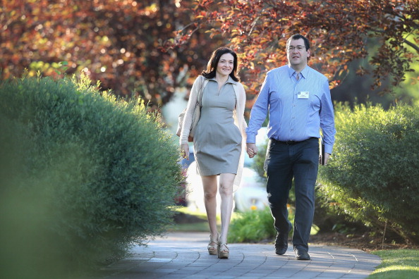 Holding Hands「Allen And Company Annual Meeting Draws Top Business Leaders To Sun Valley, Idaho」:写真・画像(7)[壁紙.com]