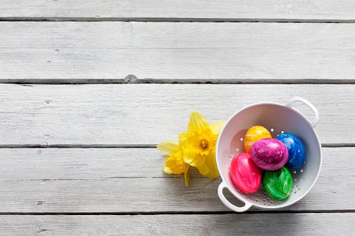 イースター「Colander of Easter eggs and daffodils on wood」:スマホ壁紙(9)