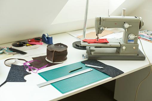 趣味・暮らし「Tailoring utensils on table」:スマホ壁紙(0)