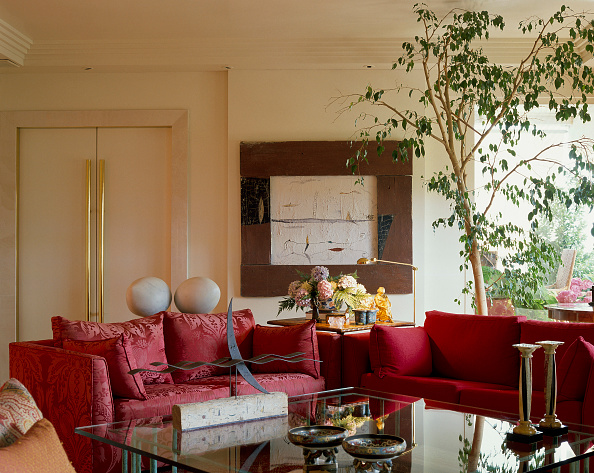 Sofa「View of red couches in a living room」:写真・画像(1)[壁紙.com]