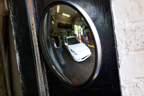 Convex「Car reflected in auto repair shop mirror」:スマホ壁紙(9)