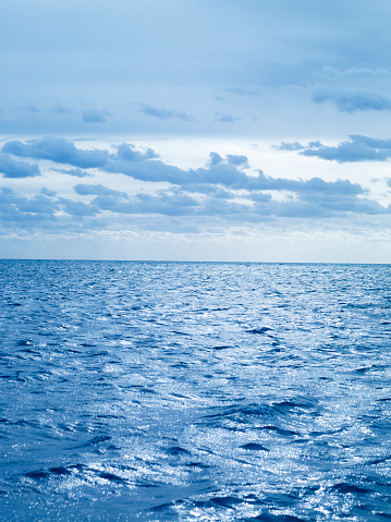 Water Surface「Blue morning light over the ocean with clouds, off the cost of USA.」:スマホ壁紙(7)