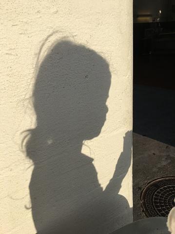 太陽の光「Shadow, girl, happy, light」:スマホ壁紙(2)