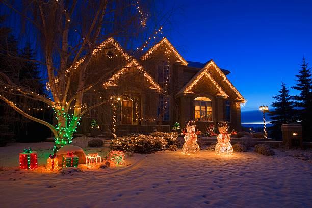 Outdoor Christmas lights on house:スマホ壁紙(壁紙.com)