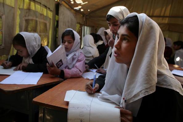 Paula Bronstein「Afghan Girls Pack Schools Five Years After Fall Of Taliban」:写真・画像(9)[壁紙.com]