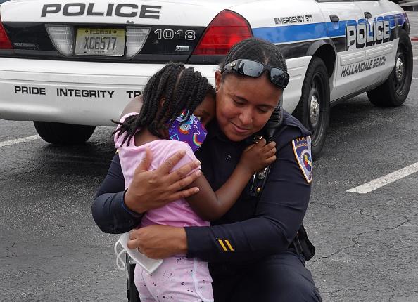 Embracing「Protesters In Florida Demonstrate Against Police Killing Of George Floyd」:写真・画像(19)[壁紙.com]
