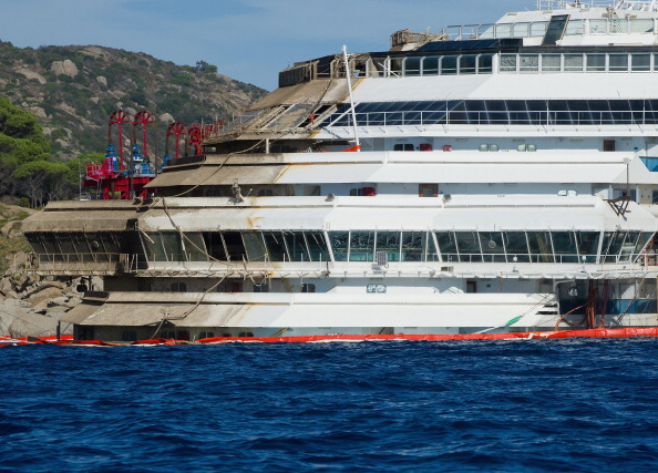 Passenger Craft「Work Continues On The Costa Concordia Since Engineers Successfully Righted The Ship」:写真・画像(16)[壁紙.com]
