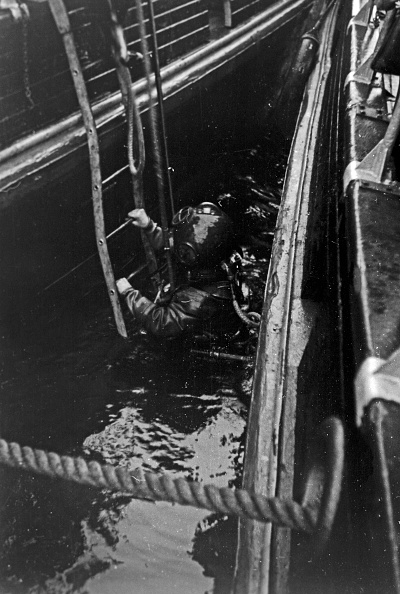 Passenger Boarding Bridge「Buoy Divers In Emden」:写真・画像(13)[壁紙.com]