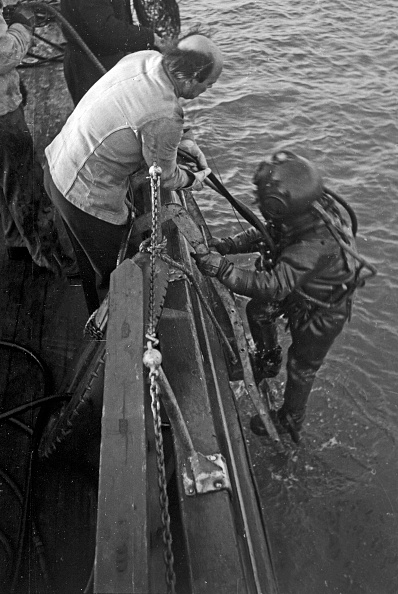 Passenger Boarding Bridge「Buoy Divers In Emden」:写真・画像(7)[壁紙.com]