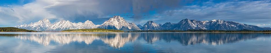 雪景色「USA, Wyoming, Grand Teton National Park, Jackson Lake with Teton Range, Mount Moran, Panorama」:スマホ壁紙(19)