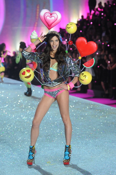 ハート型「2013 Victoria's Secret Fashion Show - Show」:写真・画像(17)[壁紙.com]
