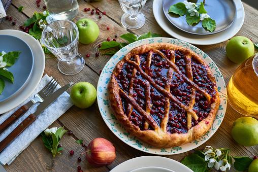 ケーキ「夕食のテーブルの上に桜パイ」:スマホ壁紙(19)