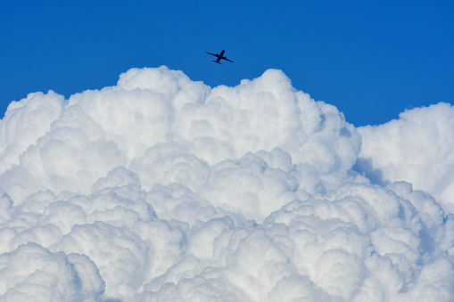 Mid-Air「Airplane flying over large cloud」:スマホ壁紙(3)
