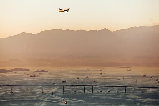 Airplane「Airplane Flying Over the Guanabara Bay Bridge, Rio de Janeiro, Brazil」:スマホ壁紙(11)