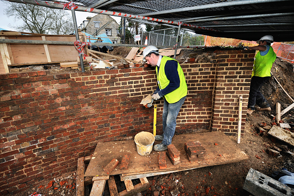Brick Wall「Repairing brickwork at Oil Mills Bridge near Stonehouse as part of the restoration works on the Stroudwater Navigation Canal, Gloucestershire, UK, 2008」:写真・画像(12)[壁紙.com]